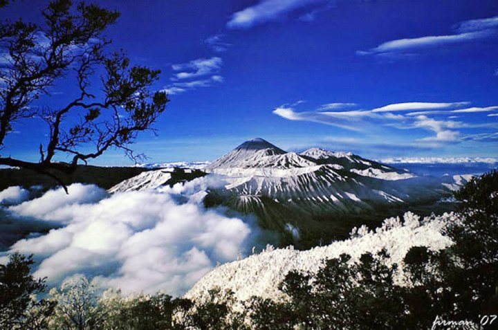 1-on-list-of-islands-by-highest-point-is-the-Puncak-Jaya-summit-at-4884-m-16024-ft-on-Mount-Carstensz-New-Guinea-Indonesia