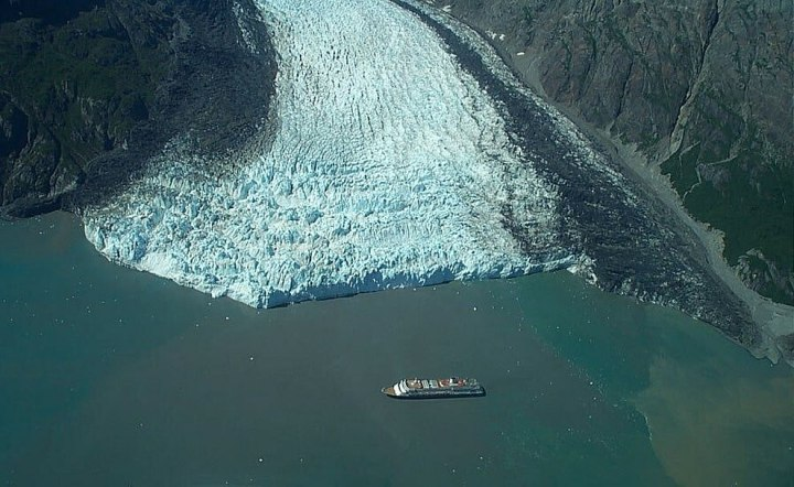 Aerial-view-of-cruise-ship-at-Margerie-Glacier