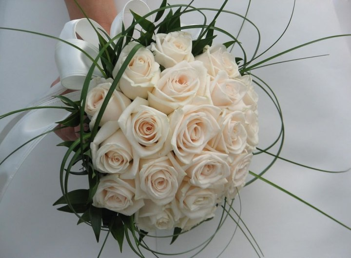 White-roses-as-a-bridal-bouquet-symbolizes-happy-love