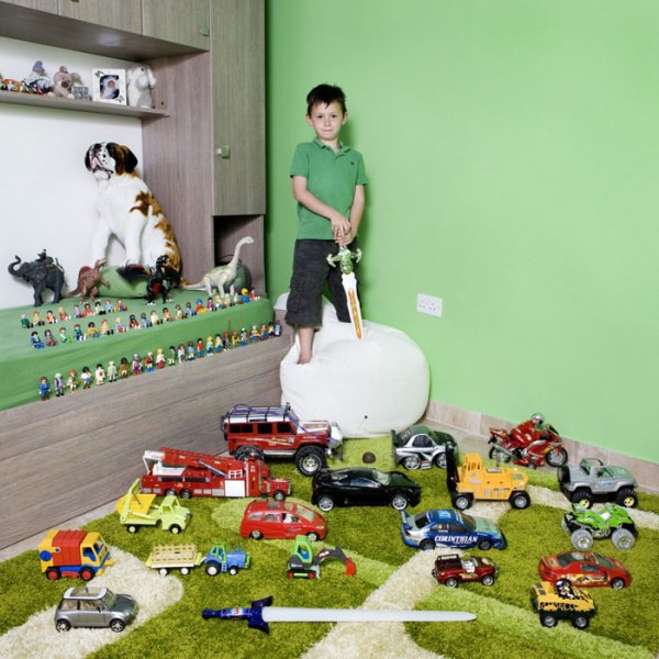 kids-pose-with-their-favourite-childhood-toys-gabriele-galimberti-24