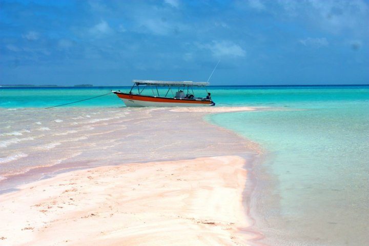 Beautifull-pink-sand-beach-in-the-great-lagoon-of-Rangiroa-French-Polynésia
